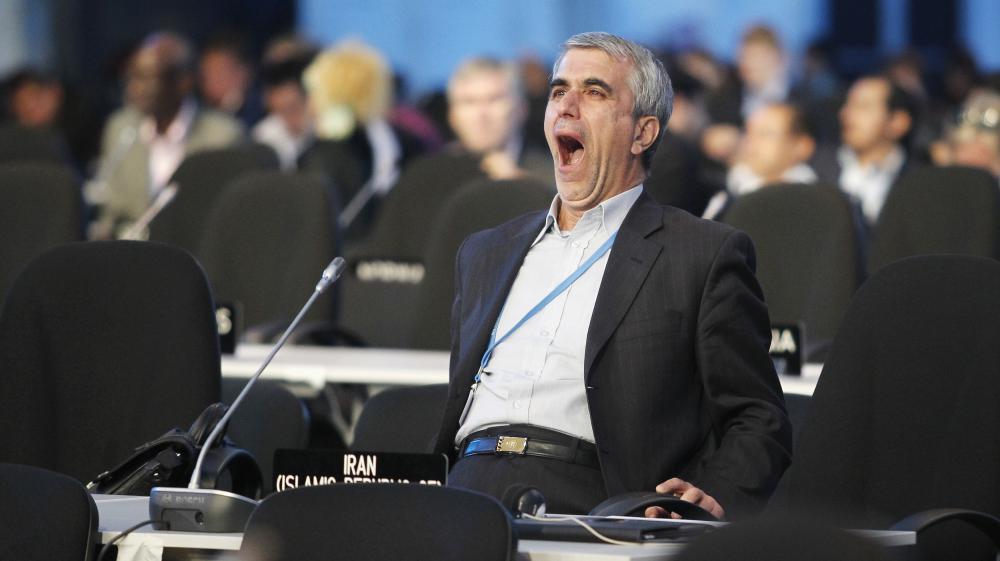 Un participant à la20e conférence des parties de la convention-cadre des Nations unies sur les changements climatiques, réunie à Lima au Pérou, baille de fatigue, le 13 décembre 2014.