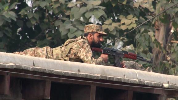 Un militaire pakistanais en position au dessus le l'école attaquée, àPeshawar (Pakistan), le 16 décembre 2014.