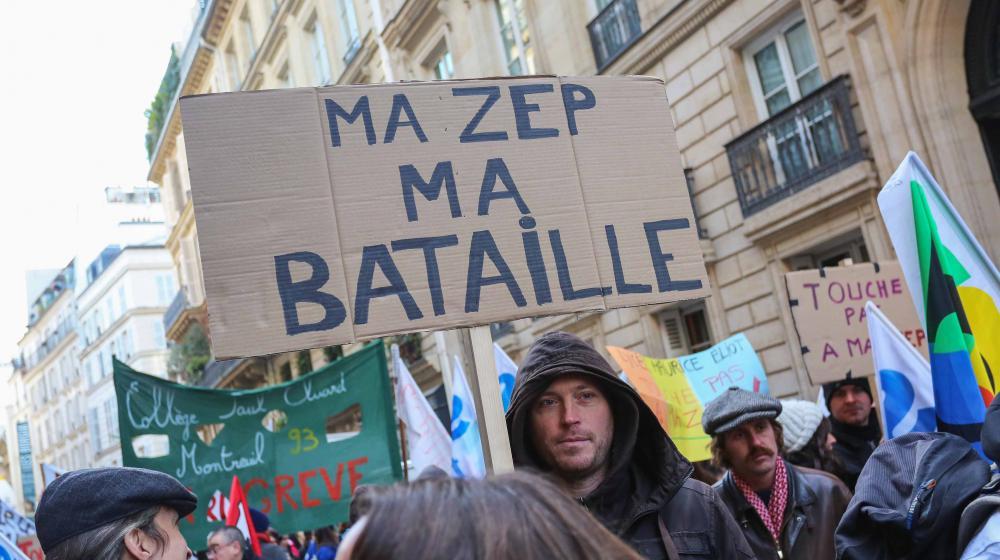 Des syndicats d'enseignants des académies de Paris-Créteil et Versailles manifestentpour dénoncer le démantèlement des zones d'éducation prioritaire (ZEP), le 9 décembre 2014 à Paris.