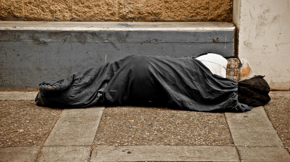 Une jeune britannique a décidé de venir en aide à un sans abri qui lui avait proposé les sous qu'il avait en poche pour qu'elle rentre en sécurité chez elle, en décembre 2014.