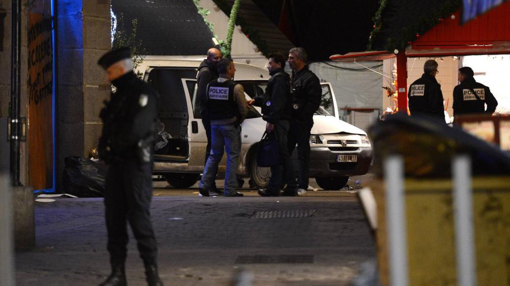 Des policiers enquêtent sur les lieux de l'attaque à la camionnette sur le marché de Noël de Nantes (Loire-Atlantique), le 22 décembre 2014.