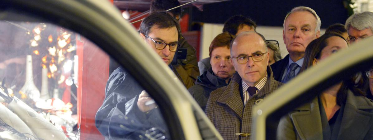 Bernard Cazeneuve,ministre de l'Intérieur, face au véhicule du forcené qui a renversé 10 personnes sur le marché de Noël à Nantes (Loire-Atlantique), le 22 décembre 2014.