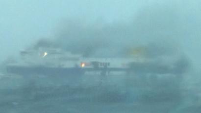 VIDEO. Ferry en feu : une victime prise au piège dans les flammes