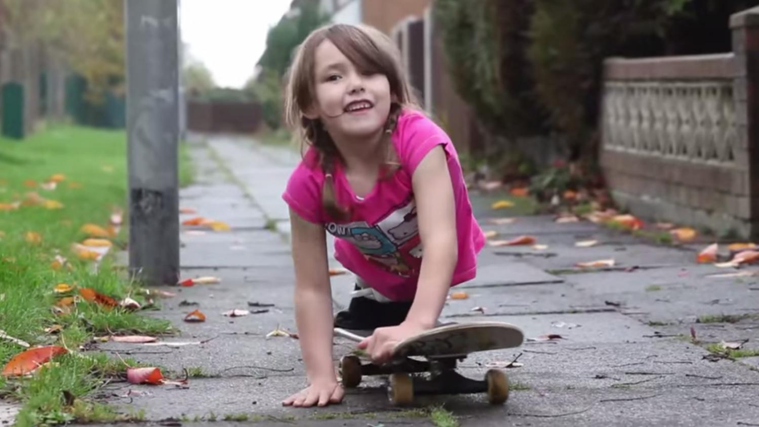 video cette petite fille fait du skateboard malgr l 39 amputation de ses deux jambes. Black Bedroom Furniture Sets. Home Design Ideas