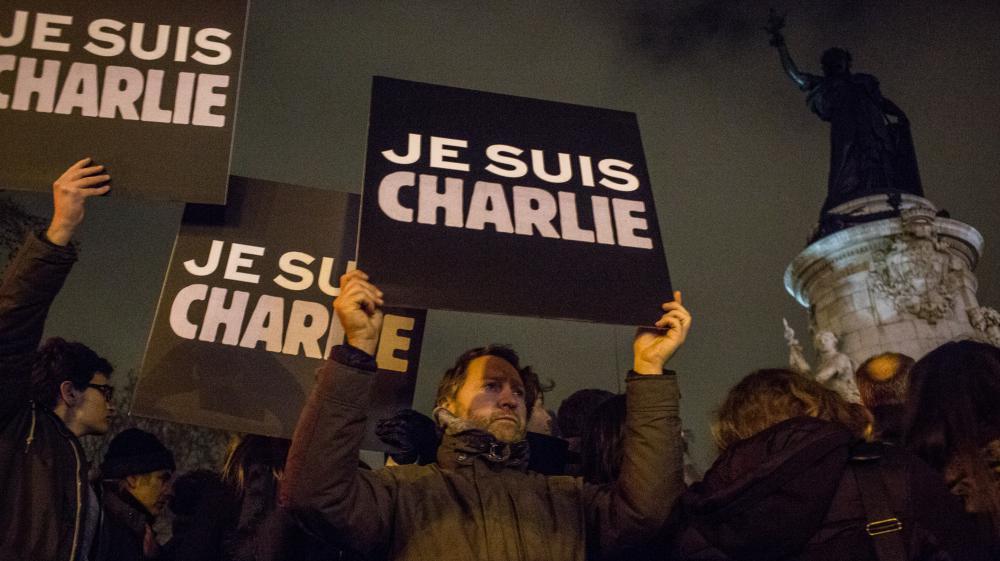 """Des pancartes """"Je suis Charlie"""" brandies place de la République, à Paris, le 7 janvier 2015."""