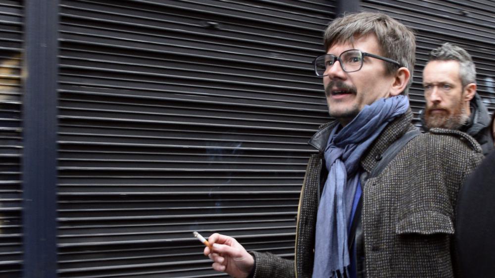 """Le dessinateur Luz arrive à la rédaction de """"Libération"""" pour participer à la première conférence de rédaction de """"Charlie Hebdo"""" après l'attentat, le 9 janvier 2015,à Paris."""