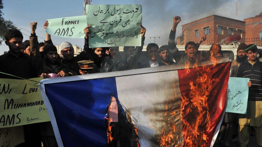 Des manifestants brûlent un drapeau français lors d'un défilé anti-Charlie Hebdo à Peshawar (Pakistan), le 19 janvier 2015.