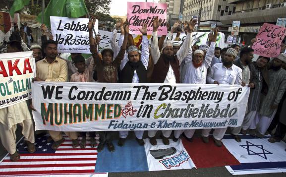 Des militants d'un parti religieux pakistanais protestent contre la caricature de Mahomet publiée par Charlie Hebdo, le 17 janvier 2015 à Karachi (Pakistan).