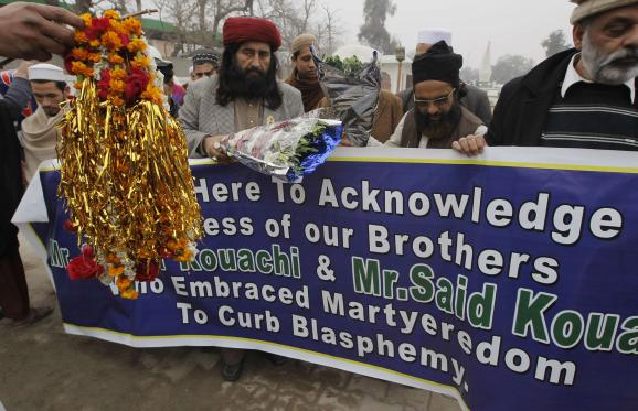 Des islamistes radicaux rendent hommage aux frères Kouachi, les auteurs de l'attaque contre Charlie Hebdo, le 13 janvier 2015 à Peshawar (Pakistan).