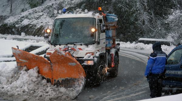 video-les-stations-pyreneennes-paralysees-par-la-neige