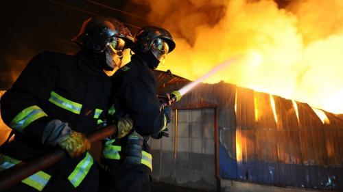 video-paris-un-violent-incendie-ravage-un-immeuble-du-5e-arrondissement