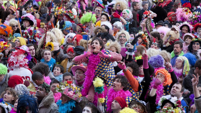 Harengs DunkerqueOn Des Lance Carnaval La À Lors Du Foule vm0NwO8n