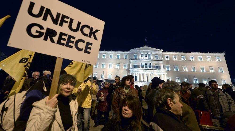 Des supporters du gouvernement grec manifestent devant le Parlement, le 16 février 2015, à Athènes (Grèce), après un refus des autorités d'accepter une proposition de l'Eurogroupe sur le plan d'aide à la Grèce.