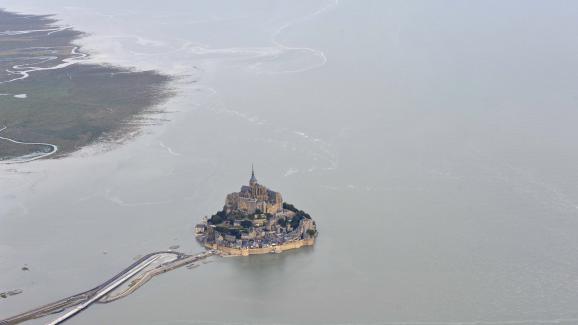 Le Mont-Saint-Michel (Manche) est redevenu une île pendant les grandes marées du 23 août 2013.