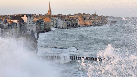 Les grandes marées à Saint-Malo (Ille-et-Vilaine), le 2 février 2014.