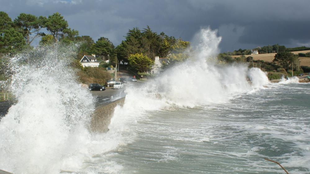 Des fortes vagues sur la plage de Postolonnec (Finistère), le 8 octobre 2014.