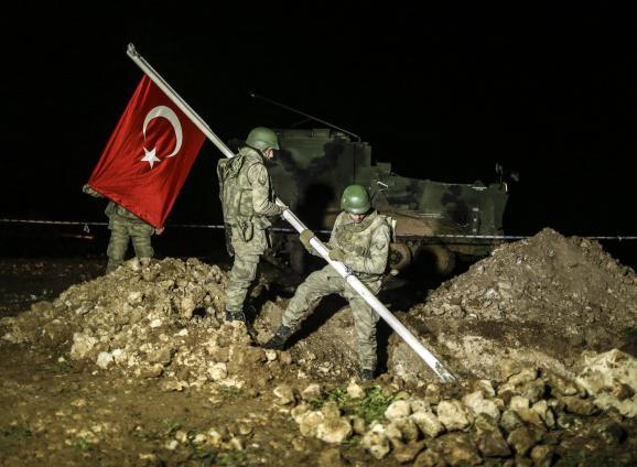 Des soldats plantent le drapeau turc sur le lieu de la relocalisation de la dépouille de Soulemane Shah, le 22 février 2015 près d'Alep (Syrie).