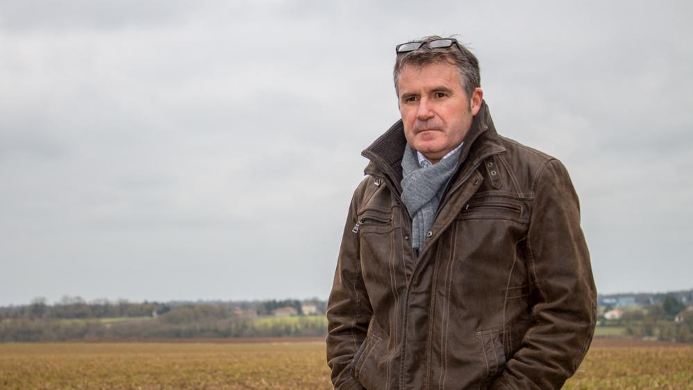 Le céréalier Paul François dans un de ses champs, à Bernac (Charente), le 17 février 2015.