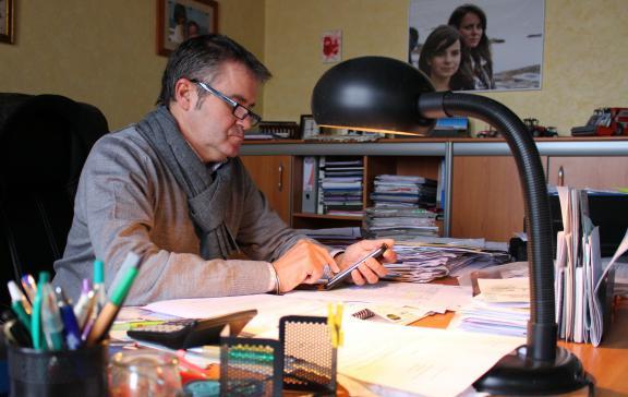 Paul François à son bureau, à Bernac (Charente), le 17 février 2015. Au mur, une photo de ses filles.