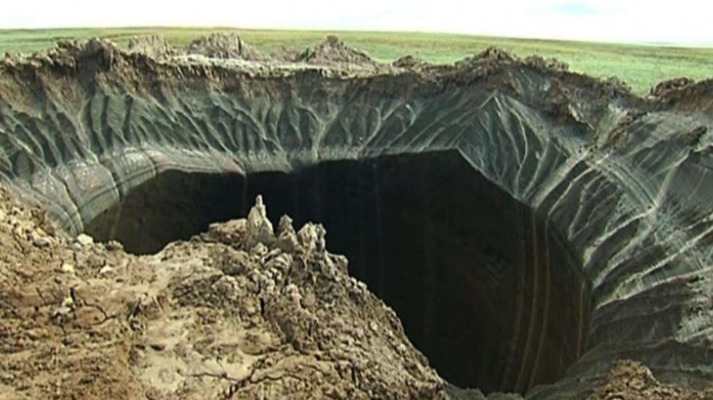 Un cratère dans la péninsule de Yamal, en Sibérie (Russie), le 16 juillet 2014.