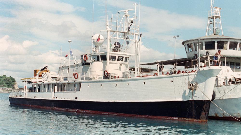 """La """"Calypso"""", bateau du commandant Jacques-Yves Cousteau, arrive au port de Batangas City(Philippines), le 13 novembre 1990."""