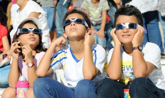 e5e3aaee1471fe Des enfants regardent une  eacute clipse solaire depuis Tunis au moyen de  lunettes sp eacute