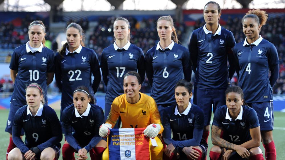 L'équipe féminine de France de football avant un match contre les Etats-Unis, à Lorient (Morbihan), le 8 février 2015.