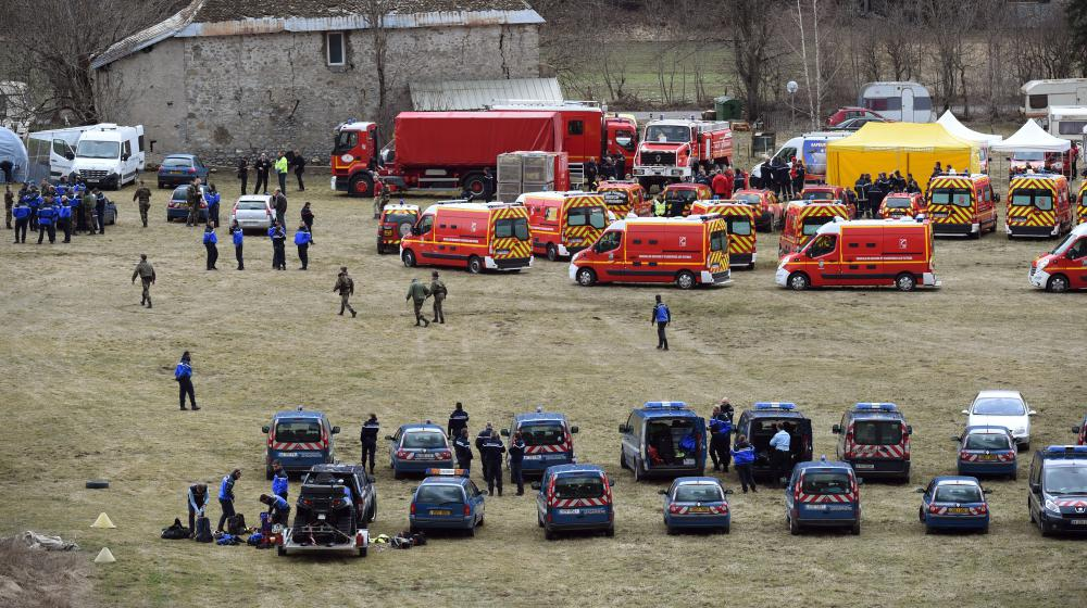 Les secours et les forces de l'ordre mobilisés après le crash d'un Airbus A320 de la compagnie Germanwings dans les Alpes, le 24 mars 2015.