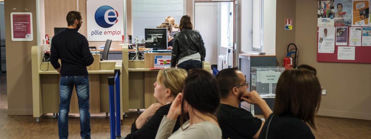 Des personnes patientent dans l\'antenne Pôle emploi d\'Armentières (Nord), le 27 août 2014.