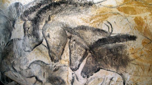 Devant le panneau des chevaux, le préhistorien Jean Clottesressent une intense émotion, le jour de sa première visite de la grotte Chauvet, le 29 décembre 1994.