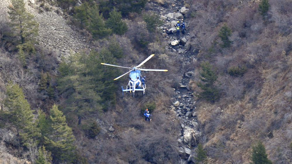 Des gendarmes sont déposés par hélicoptère sur la zone du crash de l'Airbus de Germanwings, le 25 mars 2015.