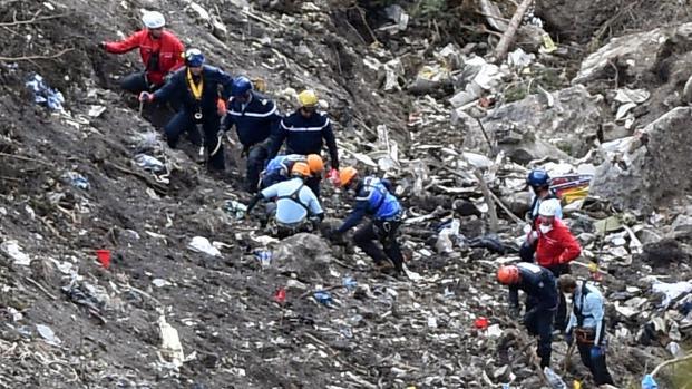 Des enquêteurs sur les lieux du crash de l'Airbus A320 de la compagnie Germanwings dans les Alpes-de-Haute-Provence, le 26 mars 2015.