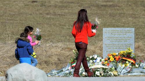 Crash de l'A320 : habitants et familles de victimes se recueillent