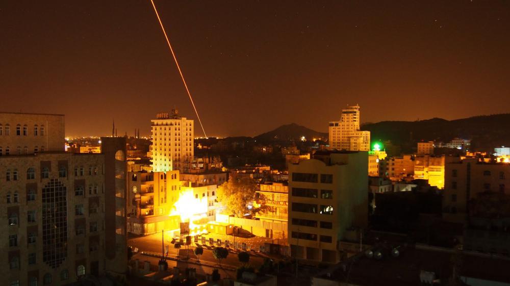 Les houthis répliquent aux bombardements de la coalition saoudienne à Sanaa (Yémen), le 30 mars 2015.