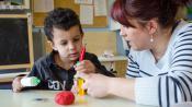 Marjorie Bildsteinréalise des formes en pâte à modeler avec Mohammed, autiste, àl'école maternelle Ariane Icare deStrasbourg (Bas-Rhin), le 17 mars 2015.