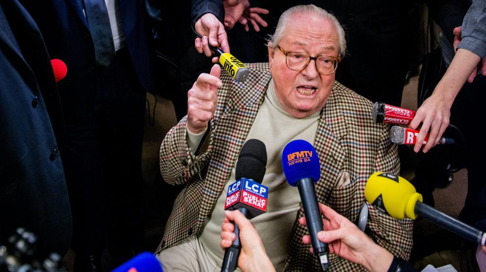 Le président d'honneur du FN, Jean-Marie Le Pen, répond aux journalistes lors du premier tour des élections départementales, le 22 mars 2015 à Nanterre (Hauts-de-Seine).