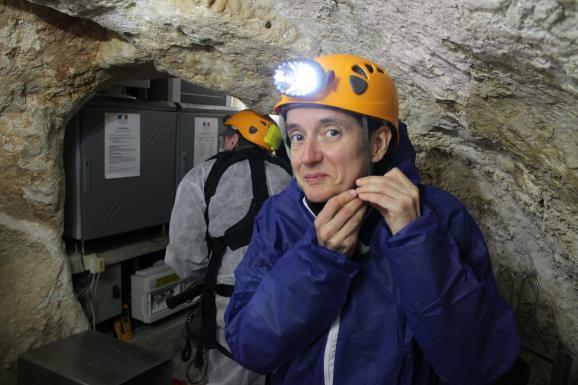 Une géologue de l'équipe scientifique revêt sa tenue de spéléologue avant de descendre dans la grotte Chauvet à Vallon-Pont-d'Arc, le 18 mars 2015.