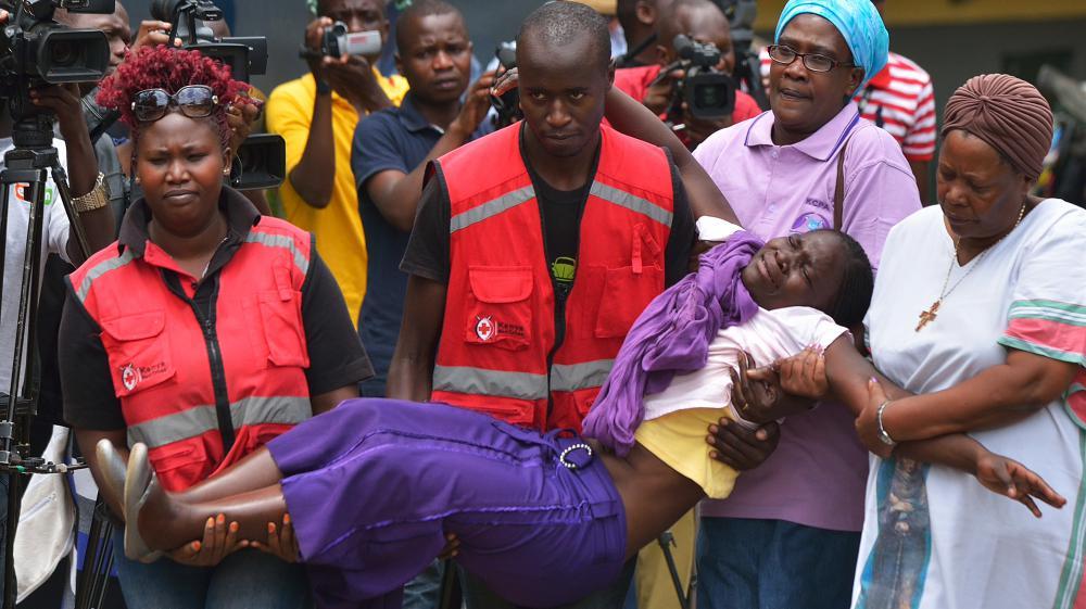 Des membres de la Croix rouge portent, le 3 avril 2015, une personne de la famille d'un étudiant mort dans l'attaque menée à l'université de Garissa (Kenya).