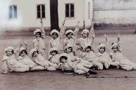 Des élèves de l'école Tebrotzassère dans la cour de l'école au Raincy (Seine-Saint-Denis), à une date inconnue.