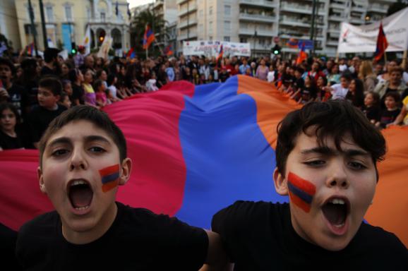 Des manifestants arméniens se rassemblent devant l'ambassade turque d'Athènes (Grèce), le 24 avril 2013, à l'occasion du 98e anniversaire du génocide arménien.