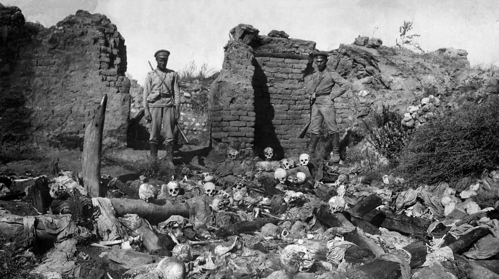 Un charnier de victimes arméniennes du génocide dans le village de Sheyxalan (Turquie), en 1915.
