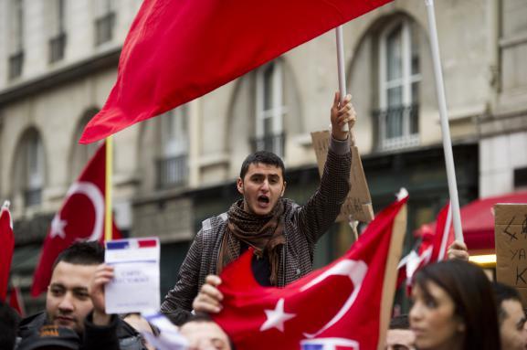 Des manifestants pro-Turquie défilent devant l'Assemblée nationale, à Paris, le 22 décembre 2011, pour protester contre la loi punissant la négation du génocide arménien.