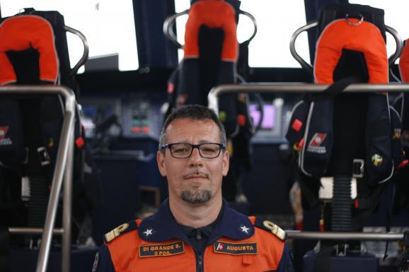 Le commandant Salvatore Di Grande, à bord d'un bateau d'intervention rapide de la Guardia Costiera, le 21 avril 2015, à Lampedusa (Italie).