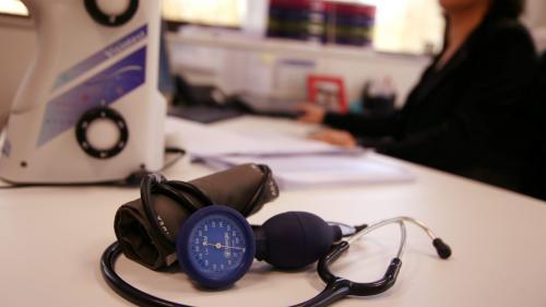 Déserts médicaux : ces médecins qui rempilent à l'âge de la retraite