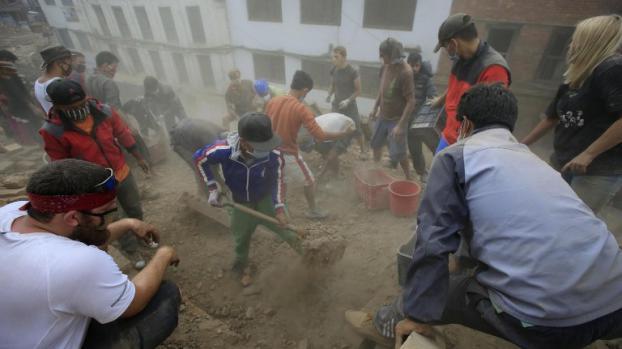Les recherches se poursuivent à Katmandou (Népal), mardi 28 avril 2015, pour retrouver des victimes du séisme.