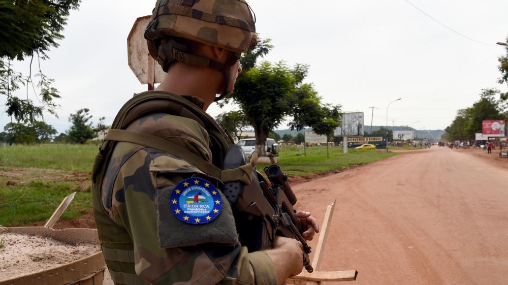 Un soldat français surveille une route menant à l'aéroport de Bangui (Centrafrique), le 1er mai 2014.