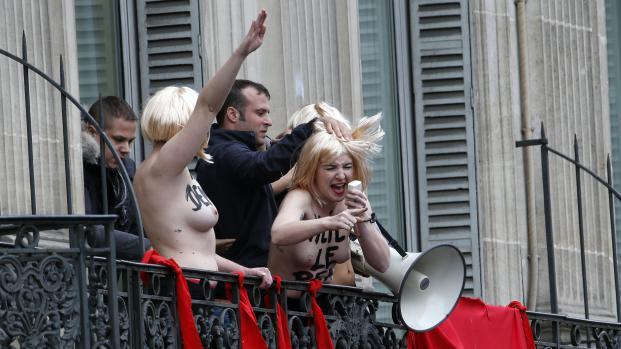 Trois militantes Femen perturbent le discours de Marine Le Pen, le 1er mai 2015 à Paris.