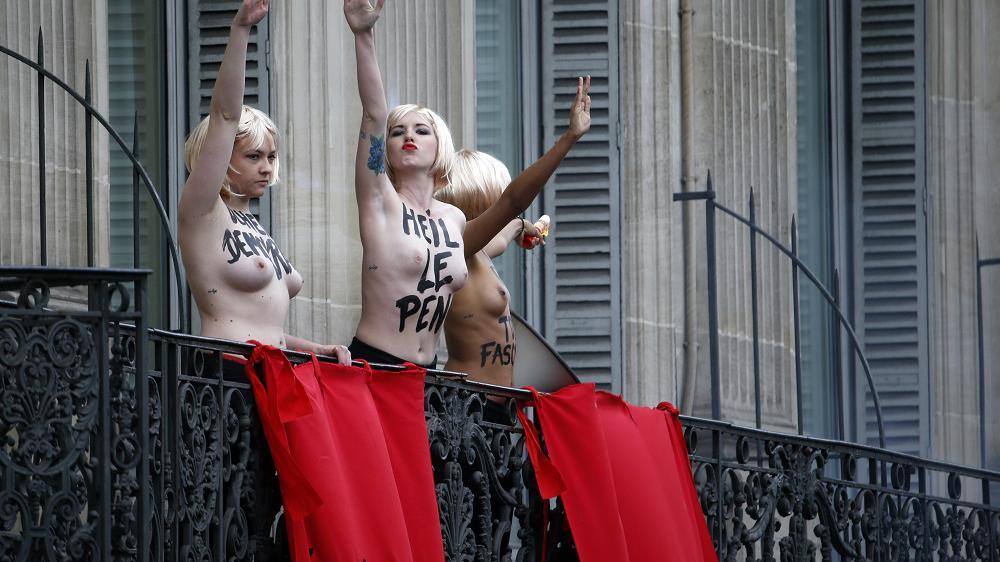 Des Femen interrompent le discours de Marine Le Pen en surgissant sur le balcon d'un hôtel, place de l'Opéra, à Paris,le 1er mai 2015.