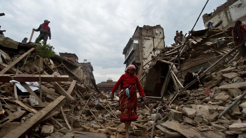 Une femme népalaise marche au milieu des décombres àBhaktapur après le séisme qui a frappé le Népal, le 29 avril 2015.