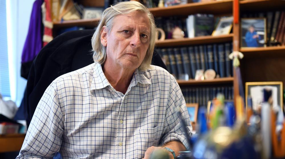 Le professeur de microbiologie à la faculté de Marseille Didier Raoult à Marseille, dans son bureau le 6 novembre 2014.